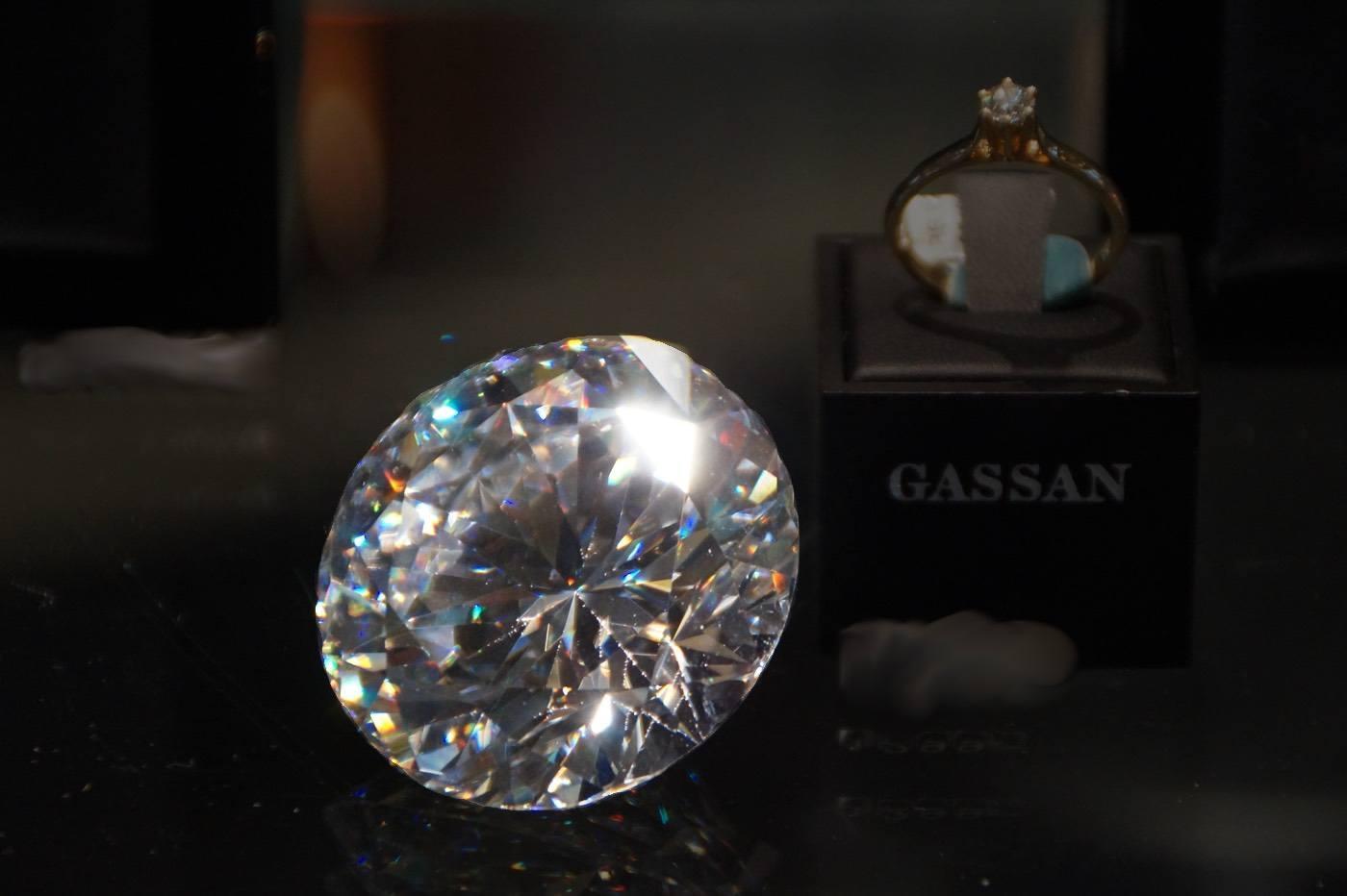 Brillanz und Feuer im Diamanten