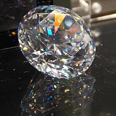 Brillanz und Feuer im Diamant